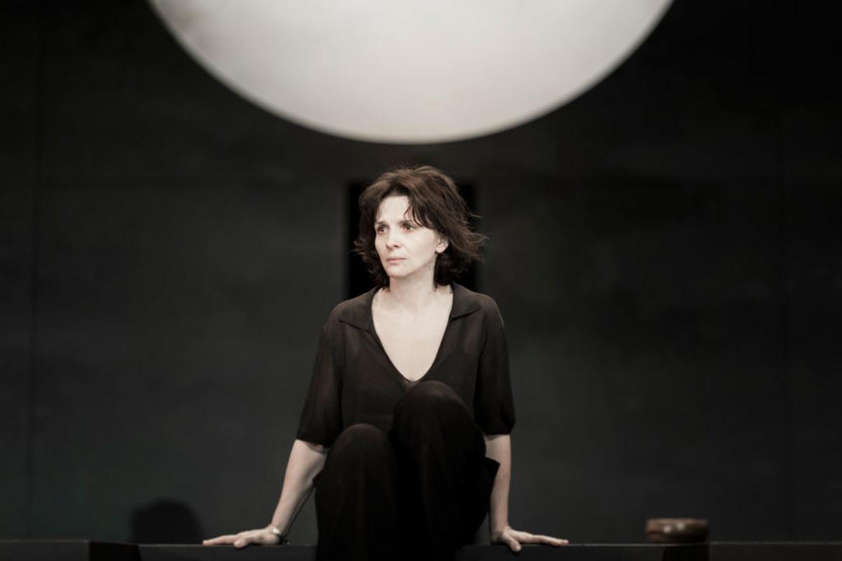 Juliette leads the cast in Ivo Van Hove's production of Antigone (Photo: Jan Versweyveld)