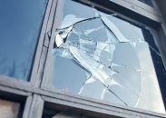 Glaszetter kunnen het kapotte raam vervangen