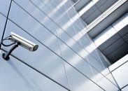 camerabeveiliging gemonteerd op een kantoorpand