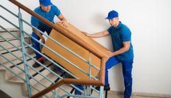 Verhuizers tillen meubels de trap op