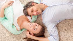 man en vrouw die liggen op tapijt