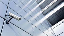 Camerabeveiliging bevestigd op een bedrijfspand