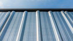Dak van zinkwerk en loodwerk met blauwe lucht