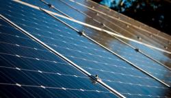 Aanleg van zonnepanelen op schuin dak