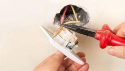 Elektra van stopcontact wordt aangelegd met tang