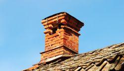 Oude schoorsteen die gerenoveerd moet worden