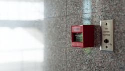 Brandalarm bevestigd op muur in bedrijfspand