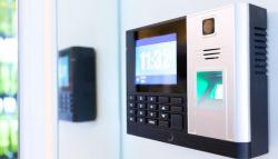 alarmsysteem aan de deur van het bedrijfspand