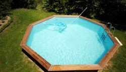 8-hoekig buitenzwembad in de tuin
