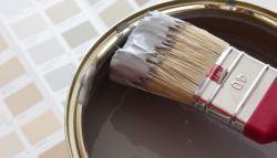 Grijze verf voor de binnenmuur gebruikt door schilders