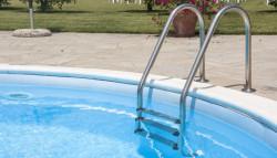 zwembad plaatsen in de tuin met trapje