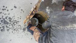Loodgieter controleert een waterput