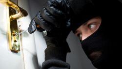 Inbreker aan het inbreken bij de voordeur