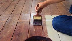 Vakman onderhoudt de vloer