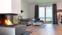 Sfeerverwarming in moderne woonkamer met uitzicht op zee