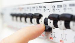 Elektricien schakelt de elektriciteit uit