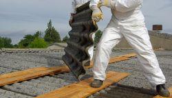Asbest wordt verwijderd van het dak