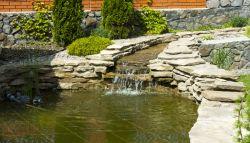 Zwemvijver met stenen en kleine waterval
