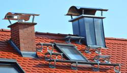 Schoorsteen op schuin dak met dakpannen