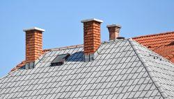 Schoorstenen op een dak