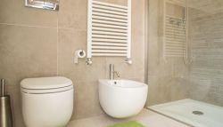Toilet en wasbak in badkamer