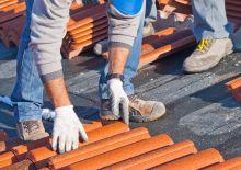 artisan installant une nouvelle toiture