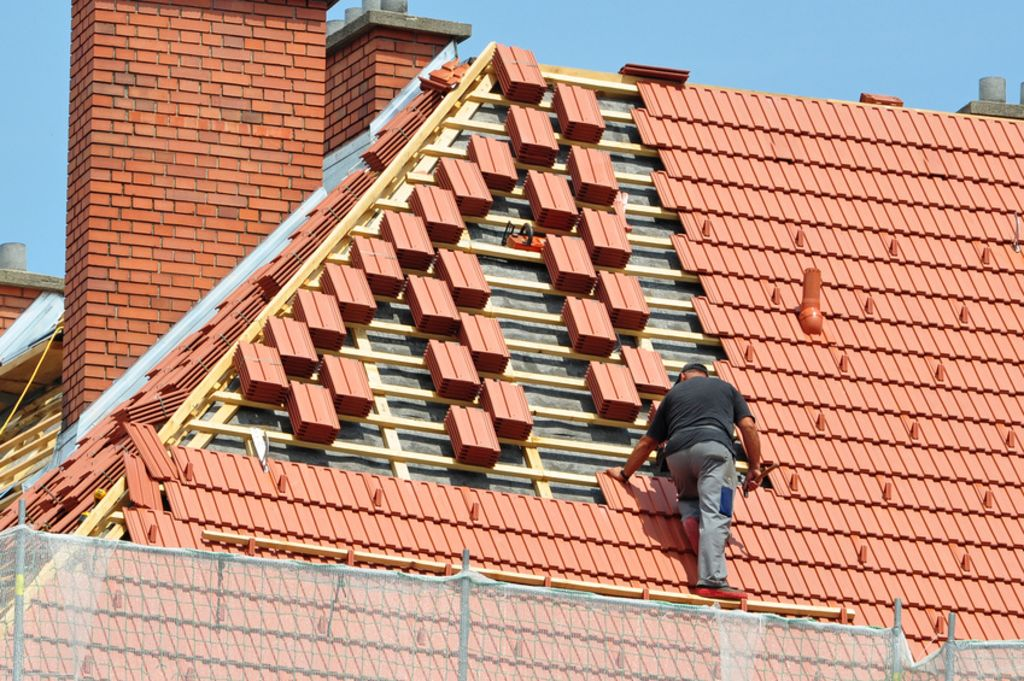 Hellend dak renoveren of isoleren vanaf buitenkant