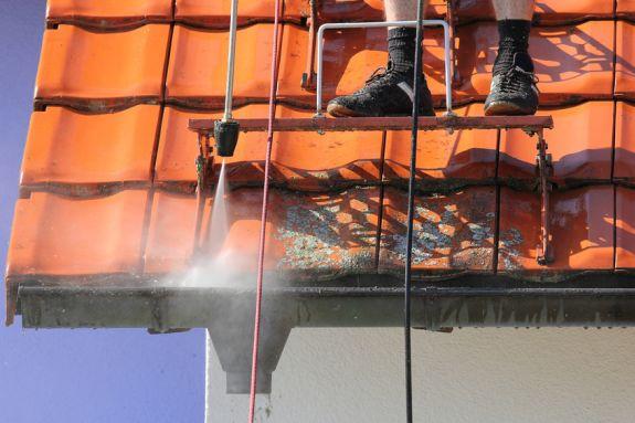 Dak wordt ontmost met hogedruk spuit