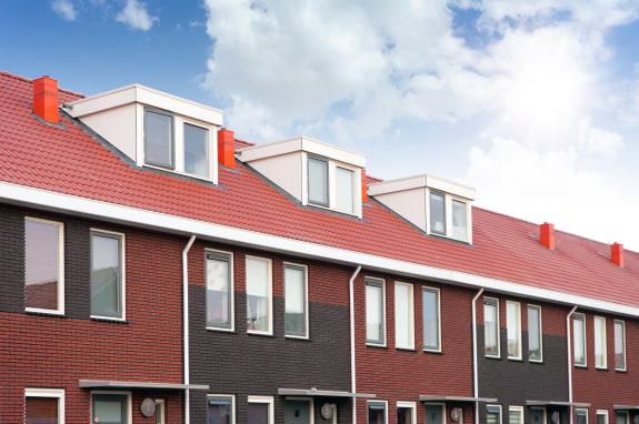 dakkapellen op rijtjeshuizen met blauwe lucht