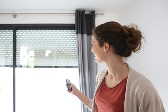 Rolluiken aan de buitenkant van het raam