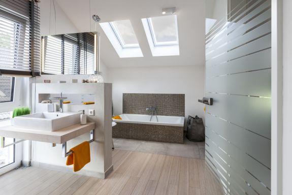 twee dakramen in een lichte badkamer