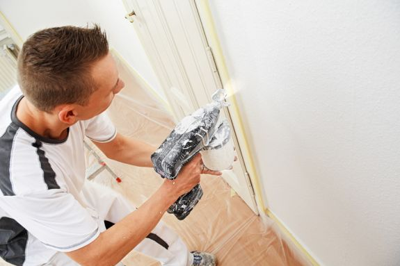 schilder spuit latex op de muur
