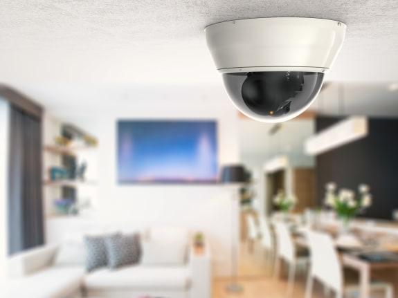 Drie beveiligingscamera's bevestigd op een muur