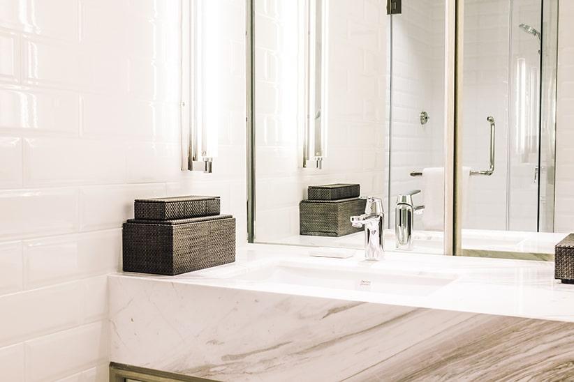 Badkamer Lichte Tegels : Tips om je badkamer optisch te vergroten solvari