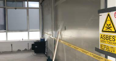 Verwijdering asbesthoudende toepassing op vloer.
