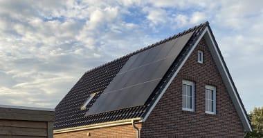 15 Suntech 360WP Full Black zonnepanelen in combinatie met een Trannergy omvormer.