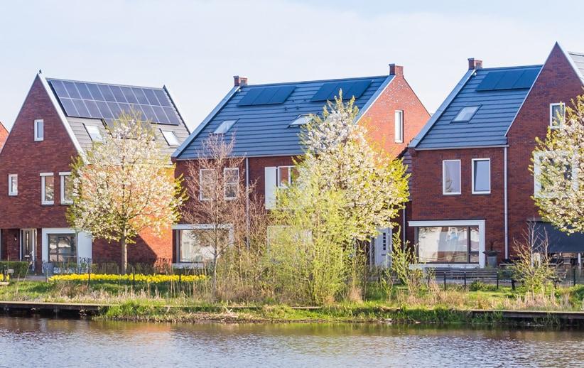 Huizen met zonnepanelen op het dak