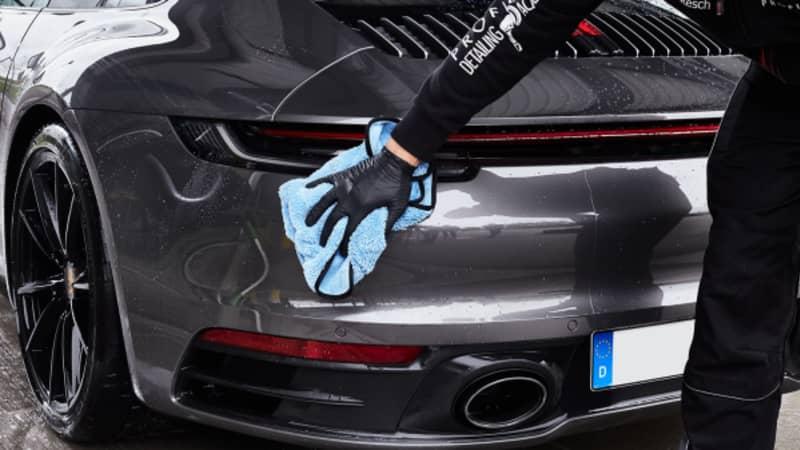 Auto wird mit Microfasertuch getrocknet