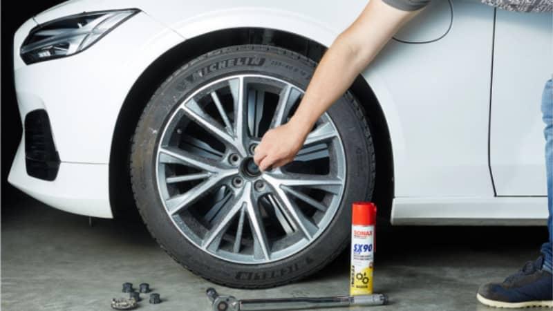 Schrauben werden gelöst und der Reifen abmontiert