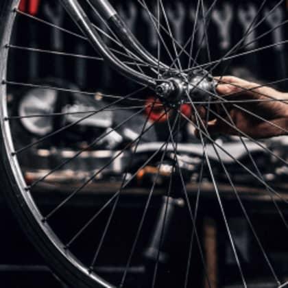 Person reinigt ein Fahrrad