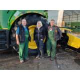 Gruppenfoto vor Traktor