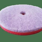 """Das Sonax """"Hybrid Woll Pad"""" eignet sich besonders gut als Schleifpad für extrem hohe Schleifleistungen im Einsatz mit der Exzenterpoliermaschine – ein innovatives Pendant zum klassischen Lammfell, das sich eher für die rotative Anwendung eignet."""