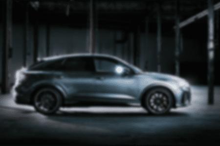 Verschwommenes Auto in dunkler Umgebung