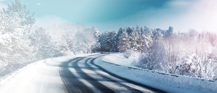 eingeschneit Straße in winterlicher Kulisse