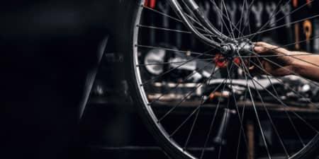 شخص یک دوچرخه را تمیز می کند