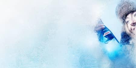 زن در حال یخ زدگی شیشه جلو اتومبیل است