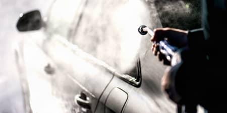 Person wäscht ein Auto