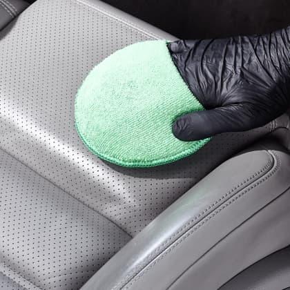 Sauberer Fußraum im Auto