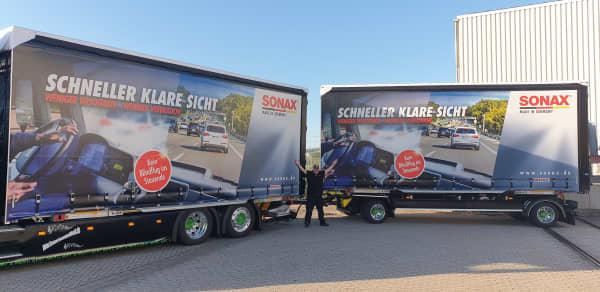 Big Mike seitlich neben dem SONAX Truck