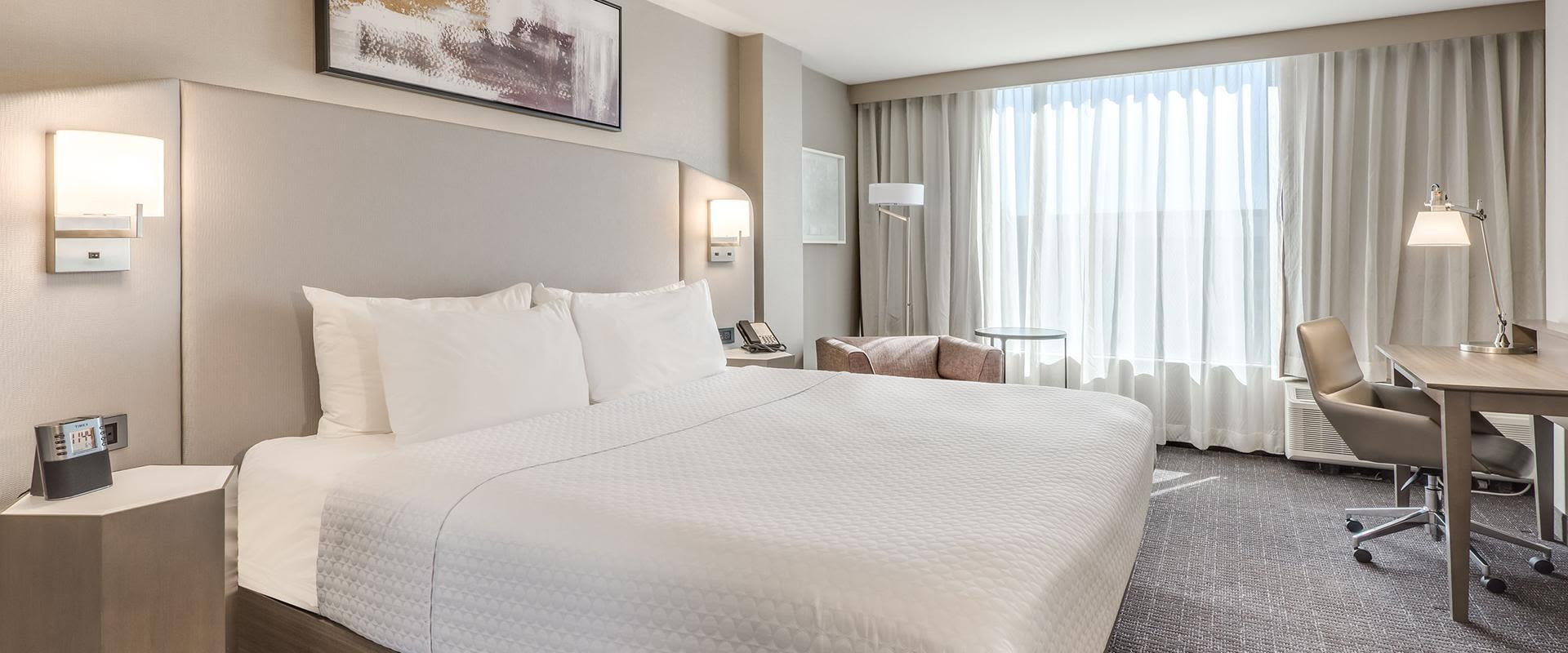 Denver Guest Room King Bed And Desk
